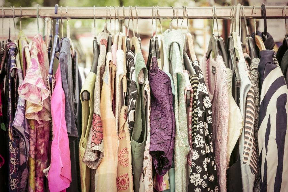 Clothes-On-A-Rack-On-A-Flea-Ma-67904437-1535x1024.jpg