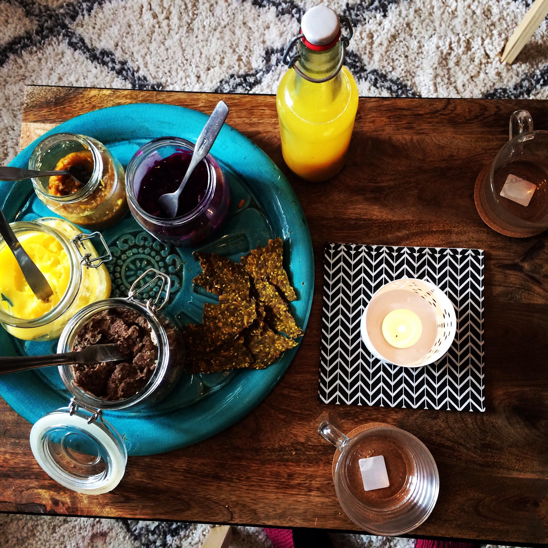 En ljuvlig frukostfika med ingefäradryck, syrad rödkål, ghee, örthummus och fröknäcke med gurkmeja och nässla.