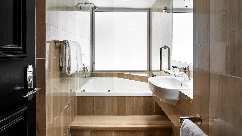oolgs-bathroom-7939-hor-wide.jpg