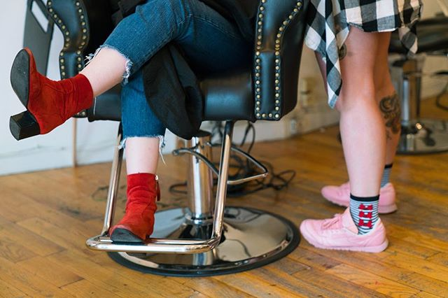 Waiting for dye to process | @badlandssalon | Brooklyn, NY | 2017 . . . . #hairsalon #hairdye #pulpriot #greenhair #shoes #heels #boots #sneakers #tattoos #badlands #madisonkaylynne #jacobqberry #photooftheday #red #pink #color #art #photoart #brooklyn #bk #bushwick #bushwickresident #sony #sonya7ii #sonyalpha