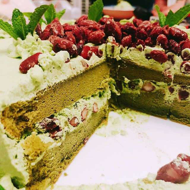 Matcha green tea cake with sweet red beans. The green tea we used is Matcha Samidori. . . . . #matcha #greenteacake #matchacake #cake #matchadessert #matchalove #matchalover #greentealatte #matchalatte #beantowntea