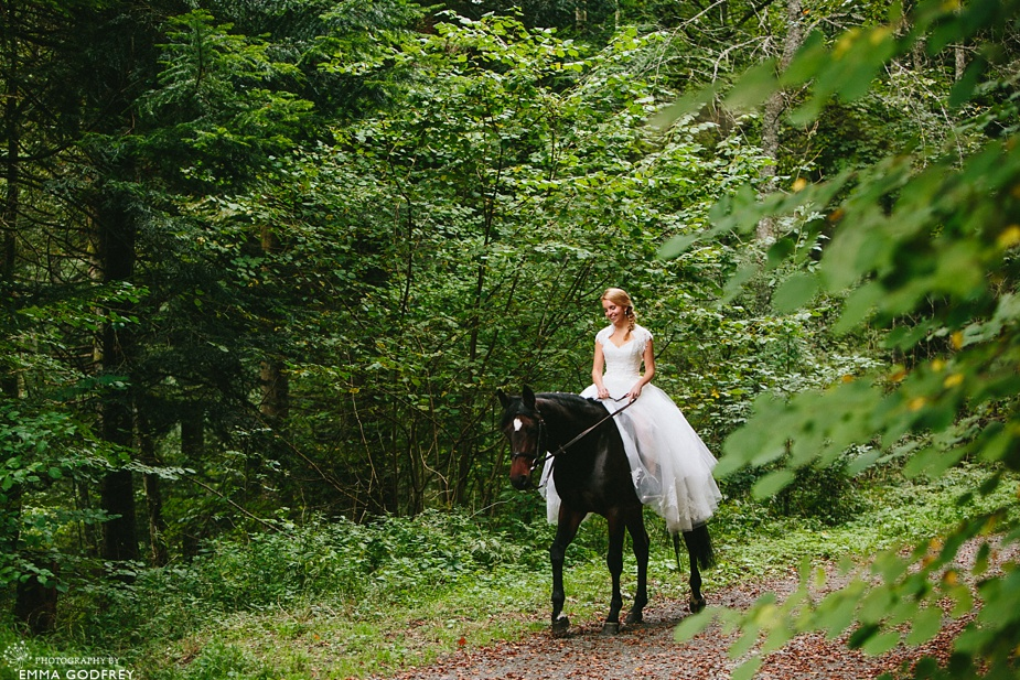 Bridal-portraits-horse-forest_0004.jpg
