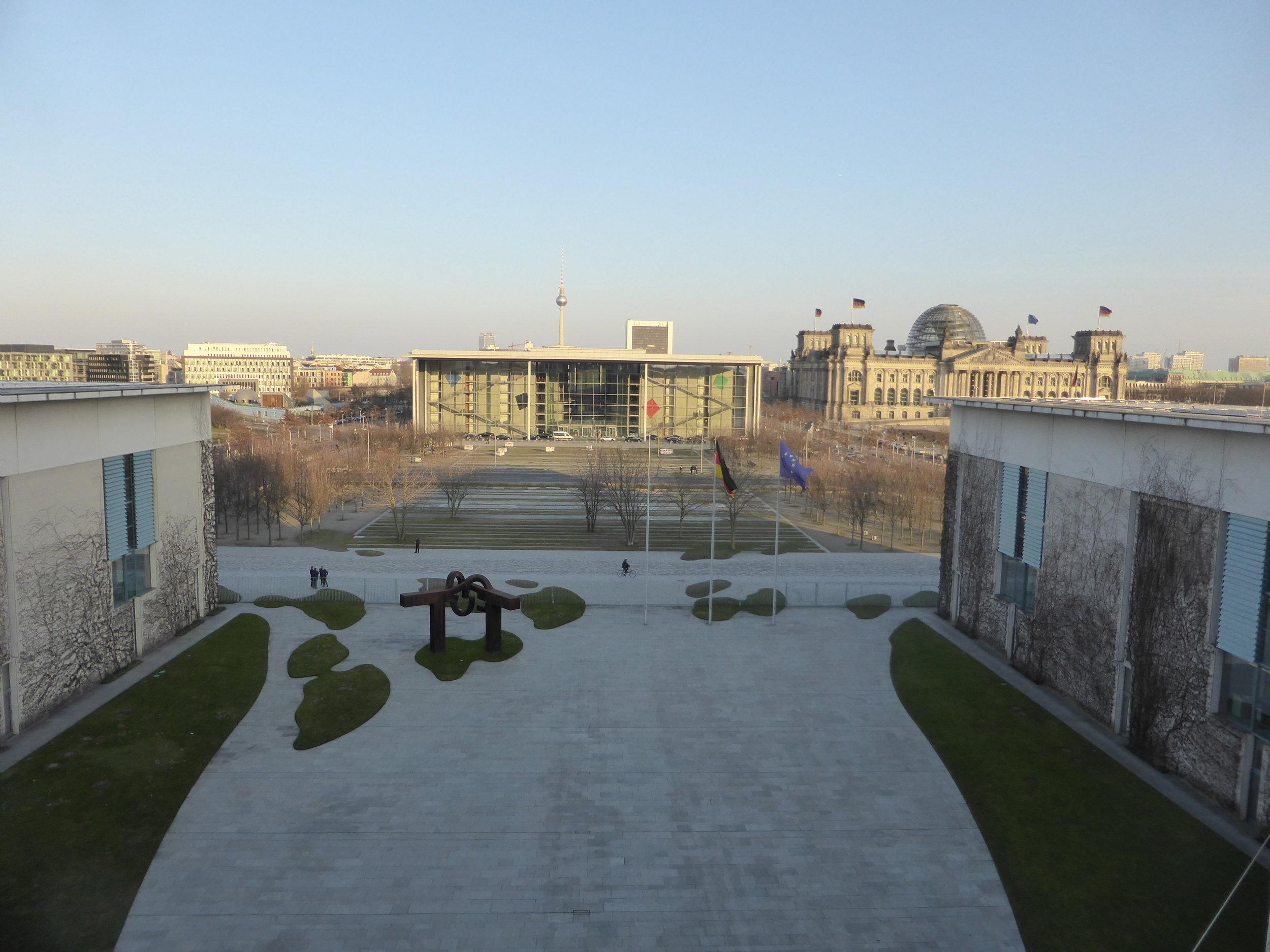 Der Blick über den Ehrenhof zum PLH und zum Reichstagsgebäude.