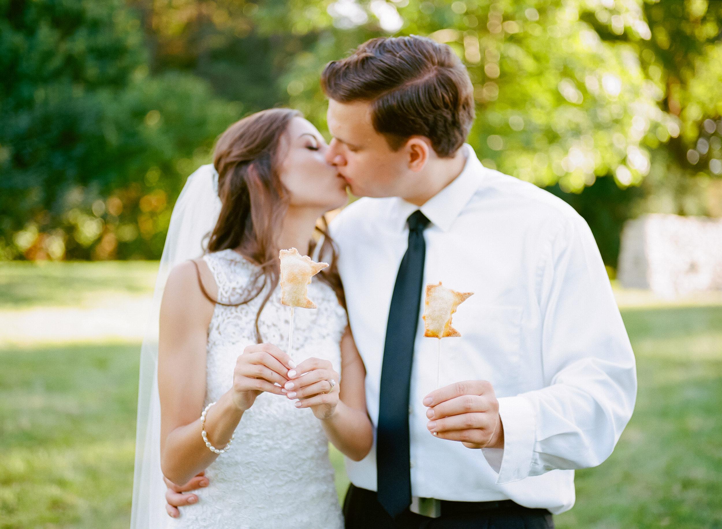 Minnesota pie pops at summer garden wedding