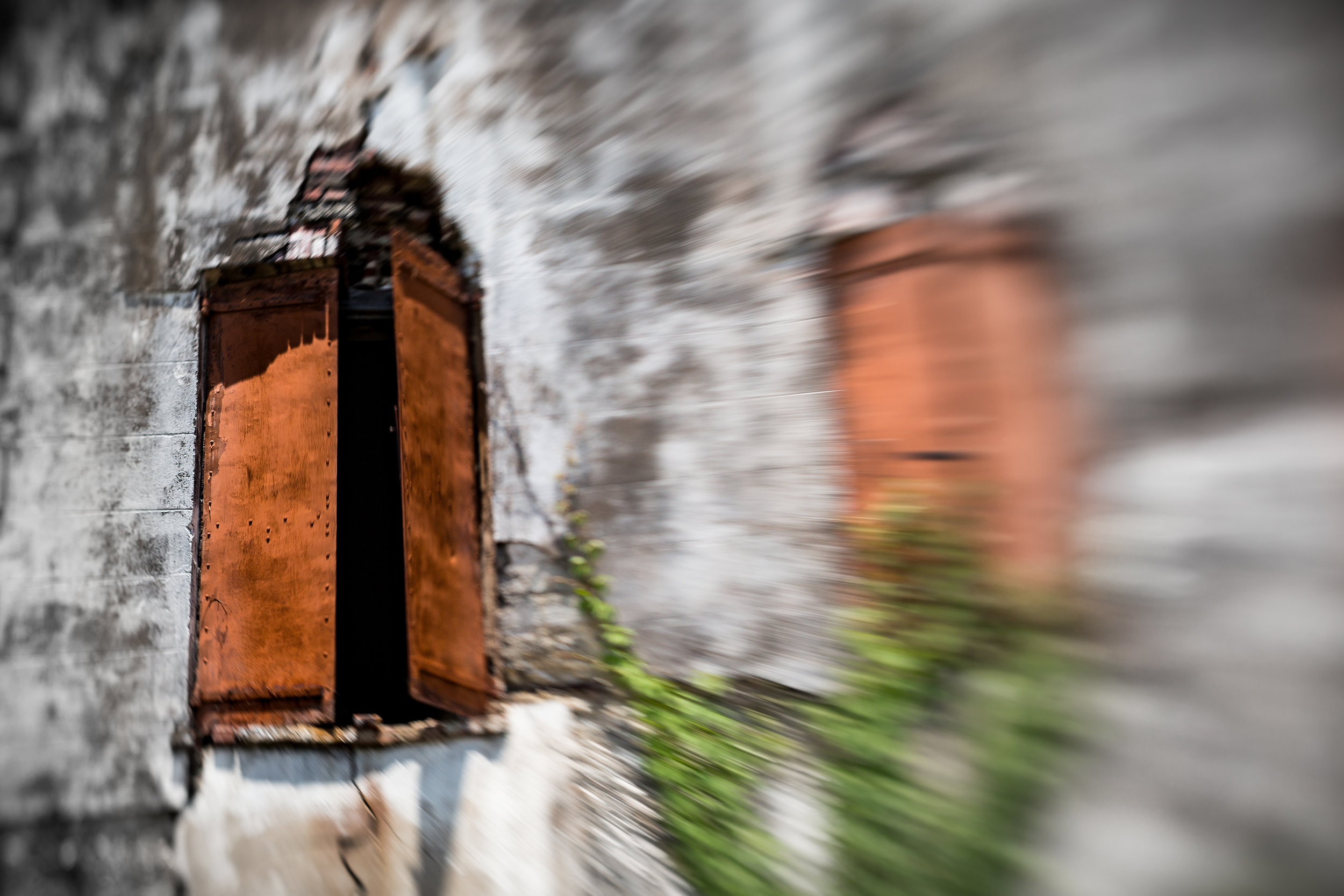 A LensBaby photo of old building in Darien