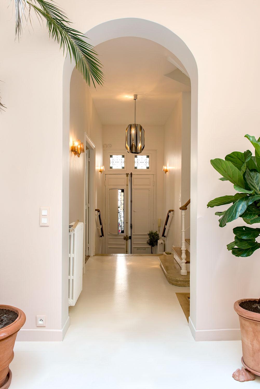 .... L'entrée, depuis le jardin d'hiver. .. Entrance door from the Winter garden ....