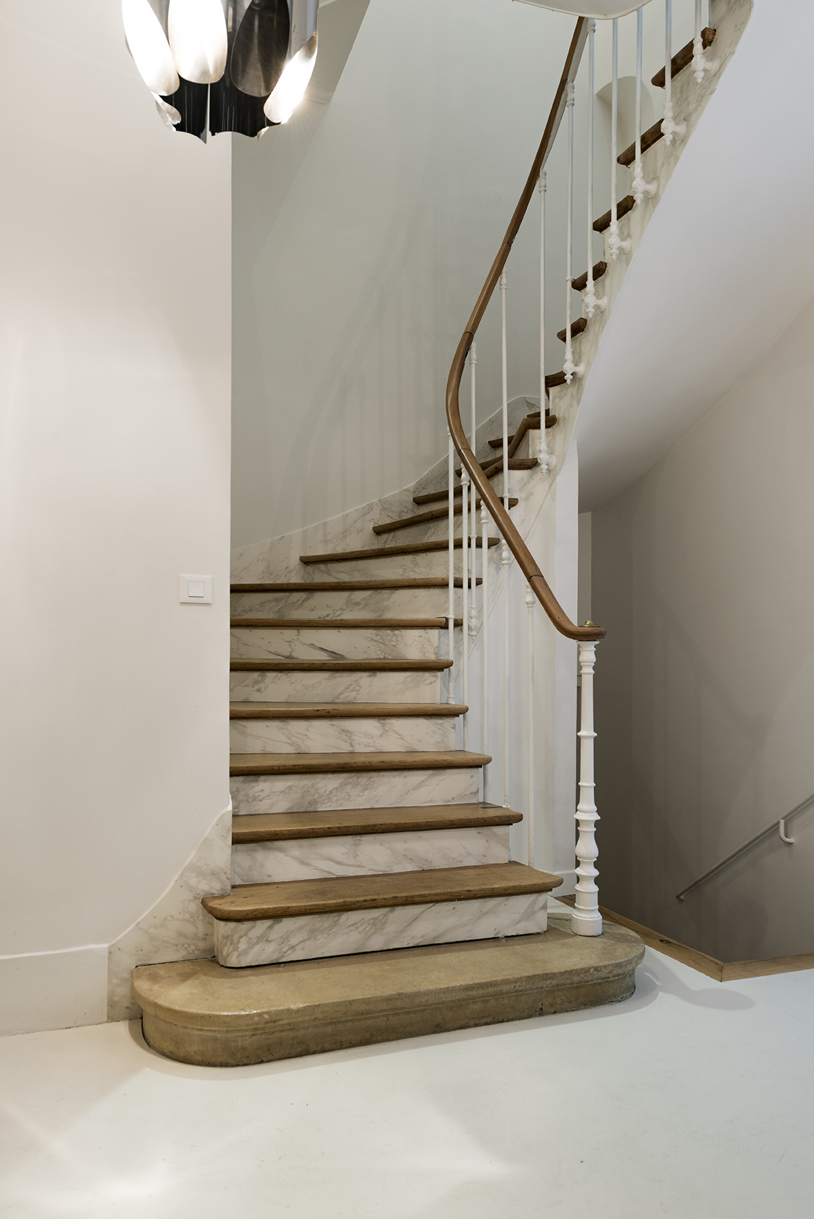.... Vers l'étage inférieur… .. To the lower floor… ....
