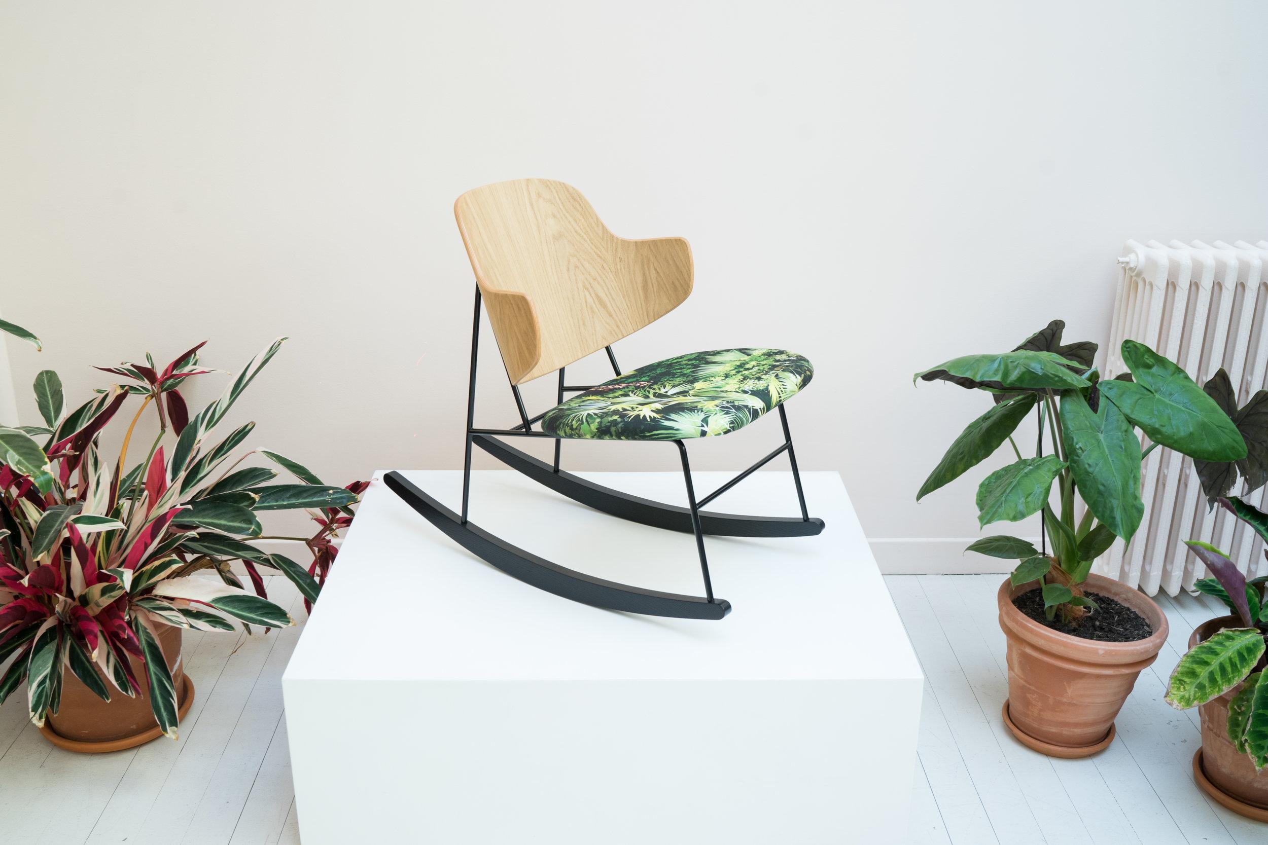 Ib Kofod Larsen,  Penguin  rocking chair, modèle V ue d'en haut  en collaboration avec Pierre Frey. Sélection Gilbert Kann,