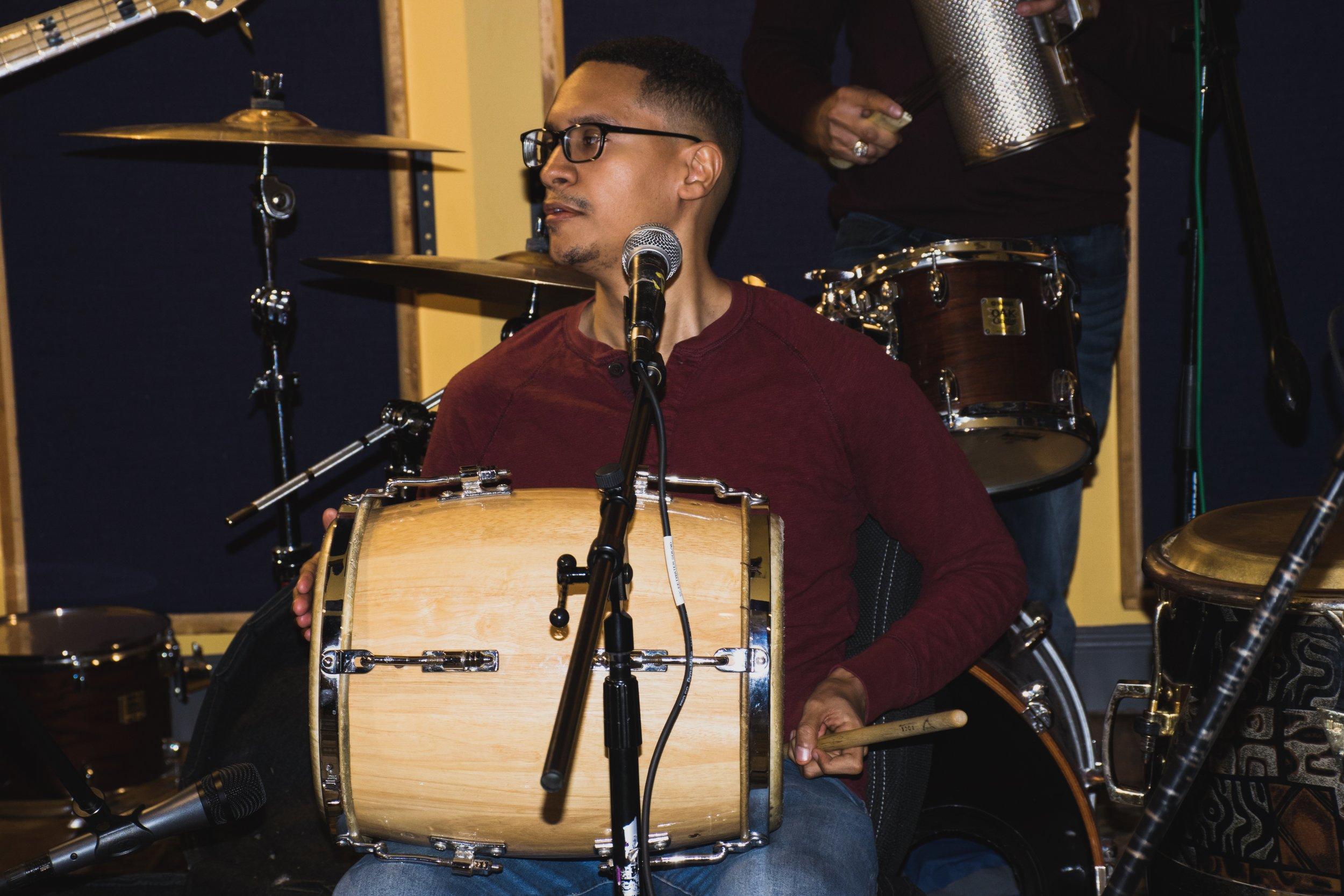 Eddy Reyes, percusionista, arreglista, y coro/ Foto:  Anthony Reyes.