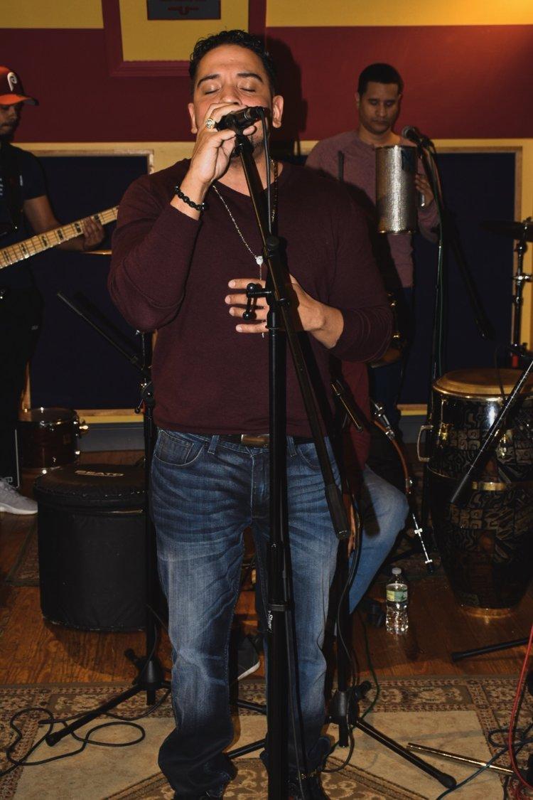 Carlos Sánchez, cantante y coordinador general/ Foto: Anthony Reyes.
