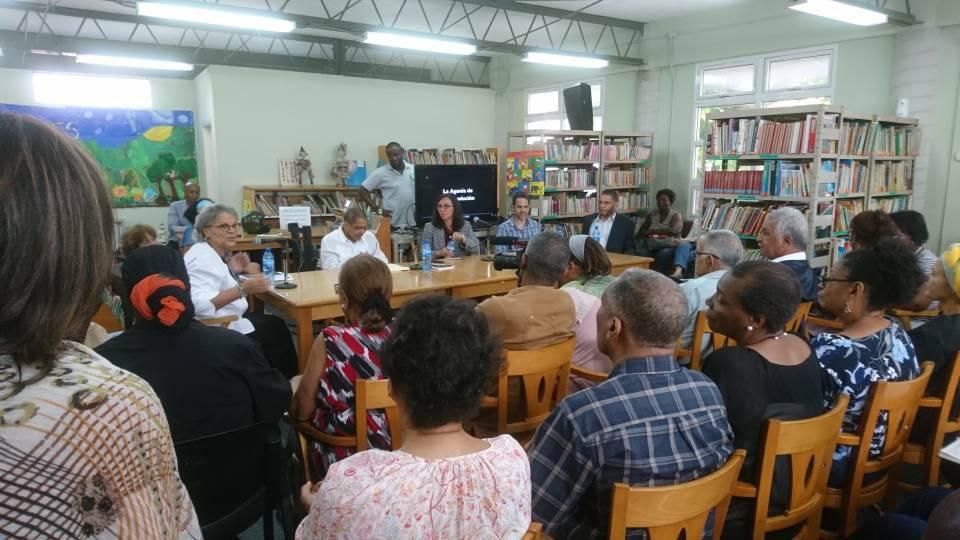 Michelle Duvivier Pierre Louis, ex-primera ministra de Haití y actual directora de la Fokal presentando los panelistas.  Foto: Marie-France Paul.