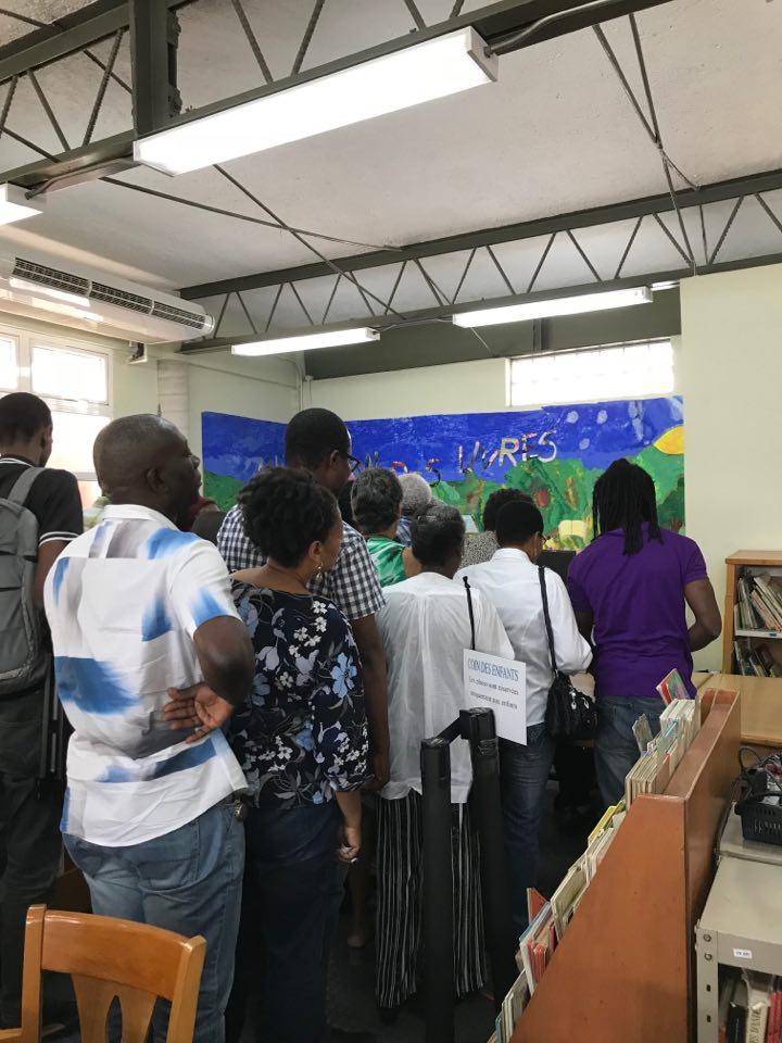 Parte del público durante la firma de libros.  Foto:  Esendom