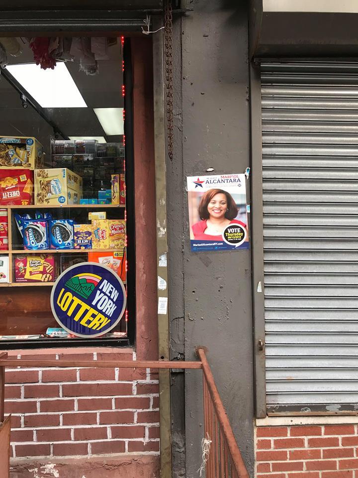 Storefront with min-poster of Marisol Alcántara / Photo: ESENDOM.