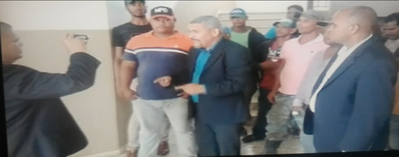 Legal counsel Fernando Hernández Gómez, alongside campesinos, speaking to the press at the courthouse in Montecristi.