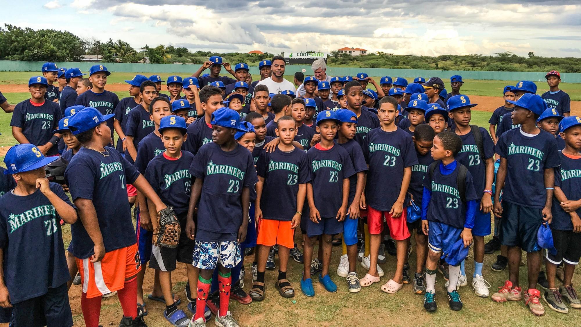 Nelson Cruz con un grupo de niños.