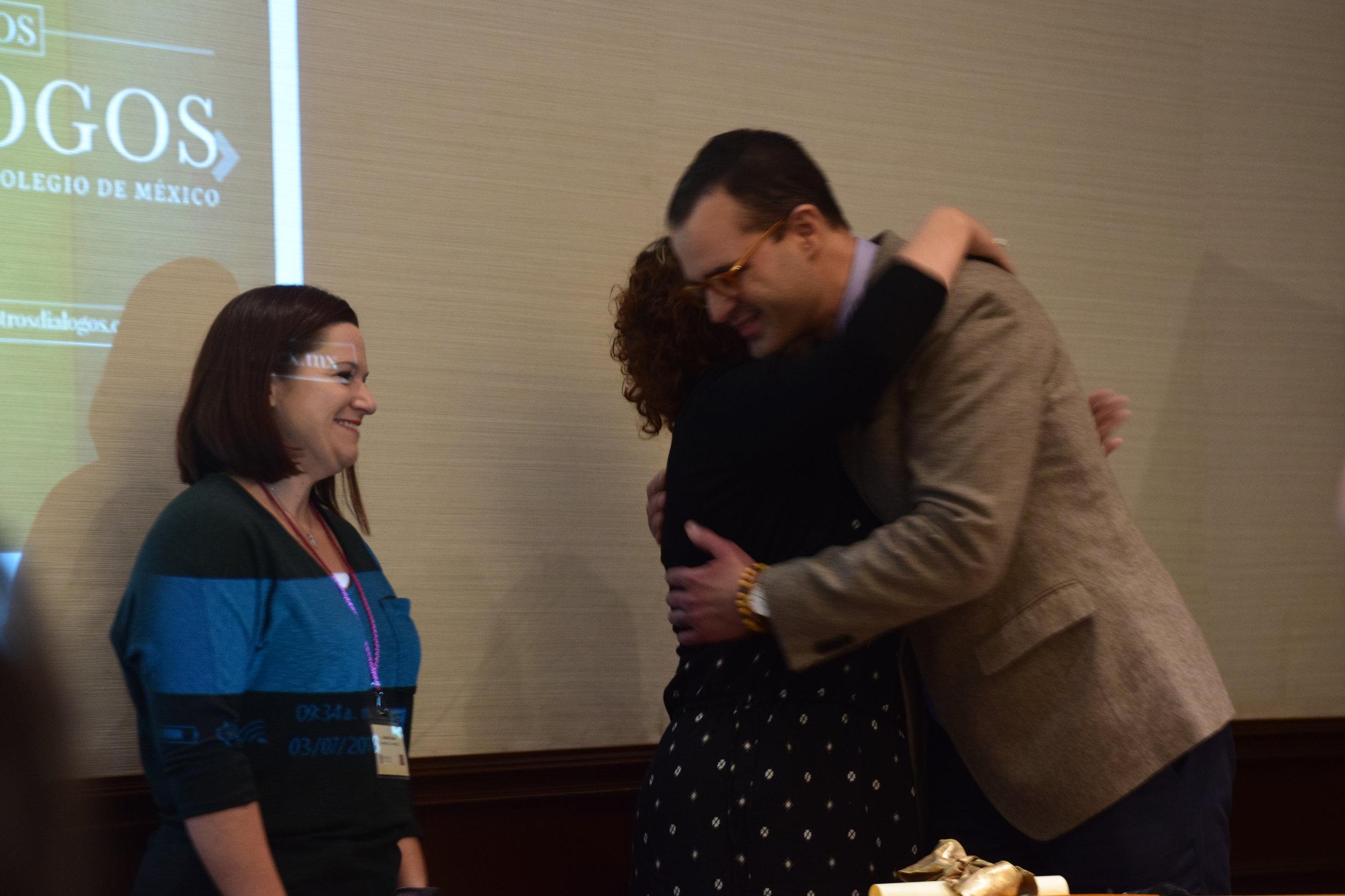 Antonio Sotomayor presents the José Toribio Medina Award to Jennifer Snow and Marisol Ramos/Photo: ESENDOM.