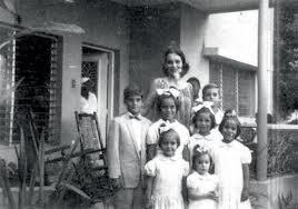 Josefina Padilla con sus hijos.