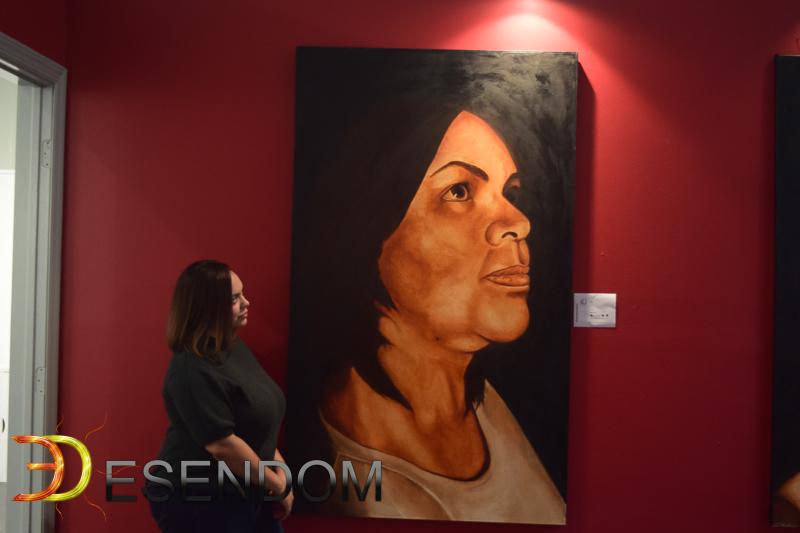 Julisa en frente del cuadro de su madre/Foto: Ricky y Nelson Santana.