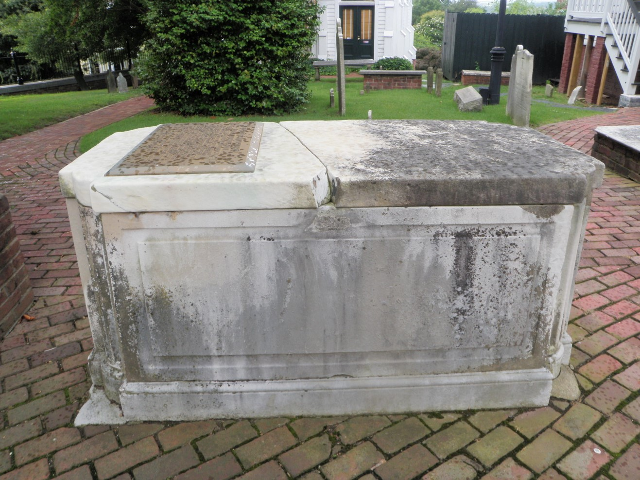 Before conservation; note the large crack on top of tomb.