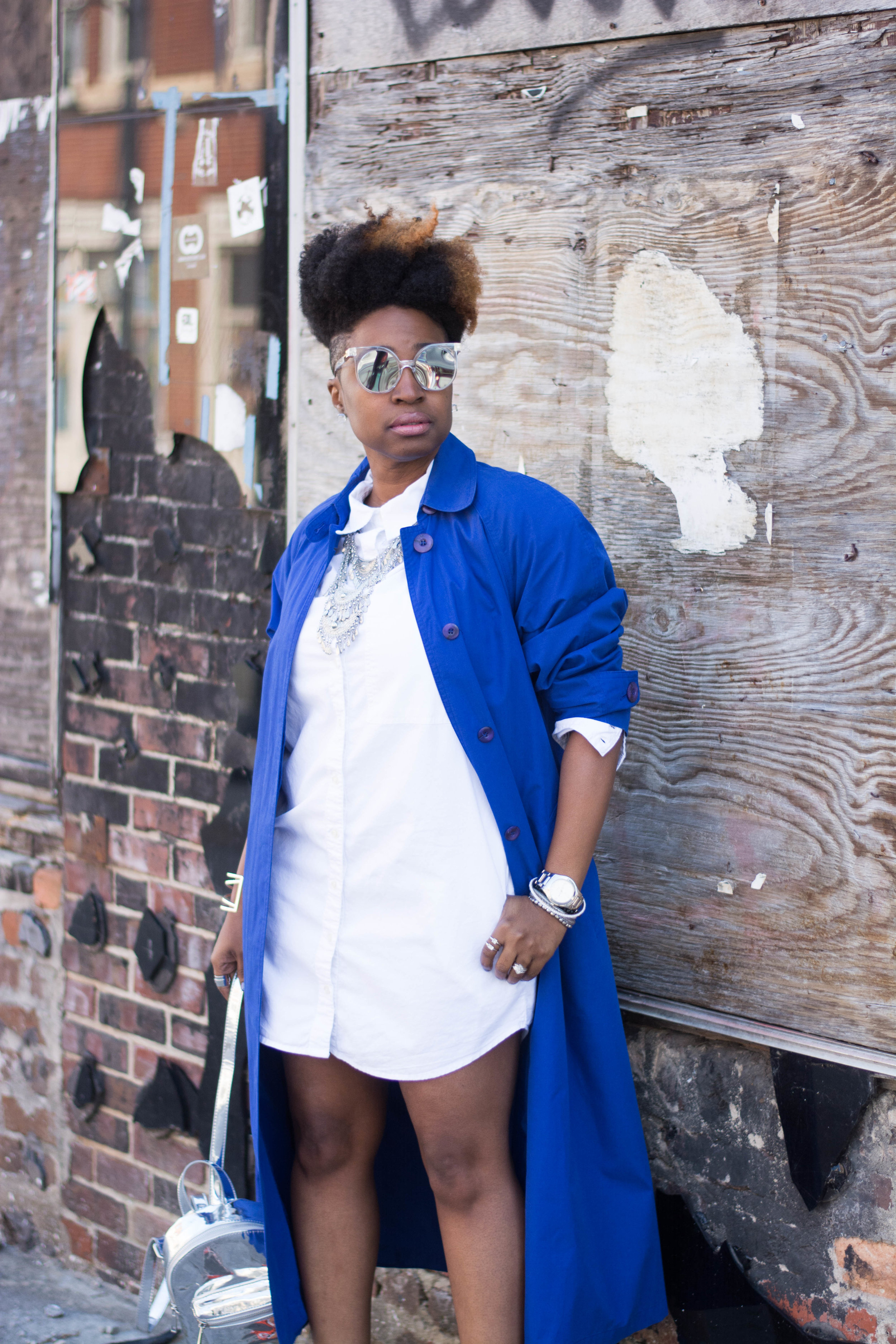 Melodie Stewart, The Style Klazit, Atlanta style blogger, Blue trench coat, white shirt dress, Shoedazzle, Metallic Backpack, Atlanta Stylist