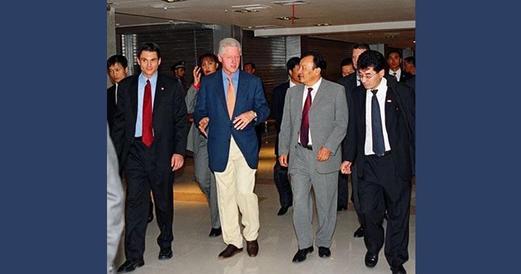 乔华(Joah Sapphire)、比尔·克林顿、乌鲁木齐市长雪克莱提·扎克尔及华凌集团迈克尔·雷克斯离开会场