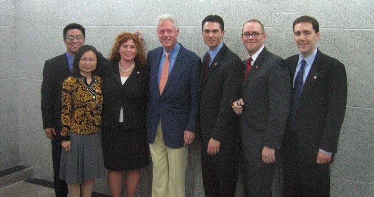 比尔·克林顿与美国全球恒动集团的团队:刘罗杰、任玉梅、丽莎·拜尔、乔华(Joah Sapphire)、布莱恩·马森、皮特·赛尔弗雷奇