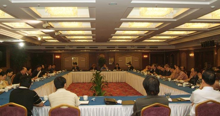 来自中亚、欧洲和美国的代表参加经济峰会