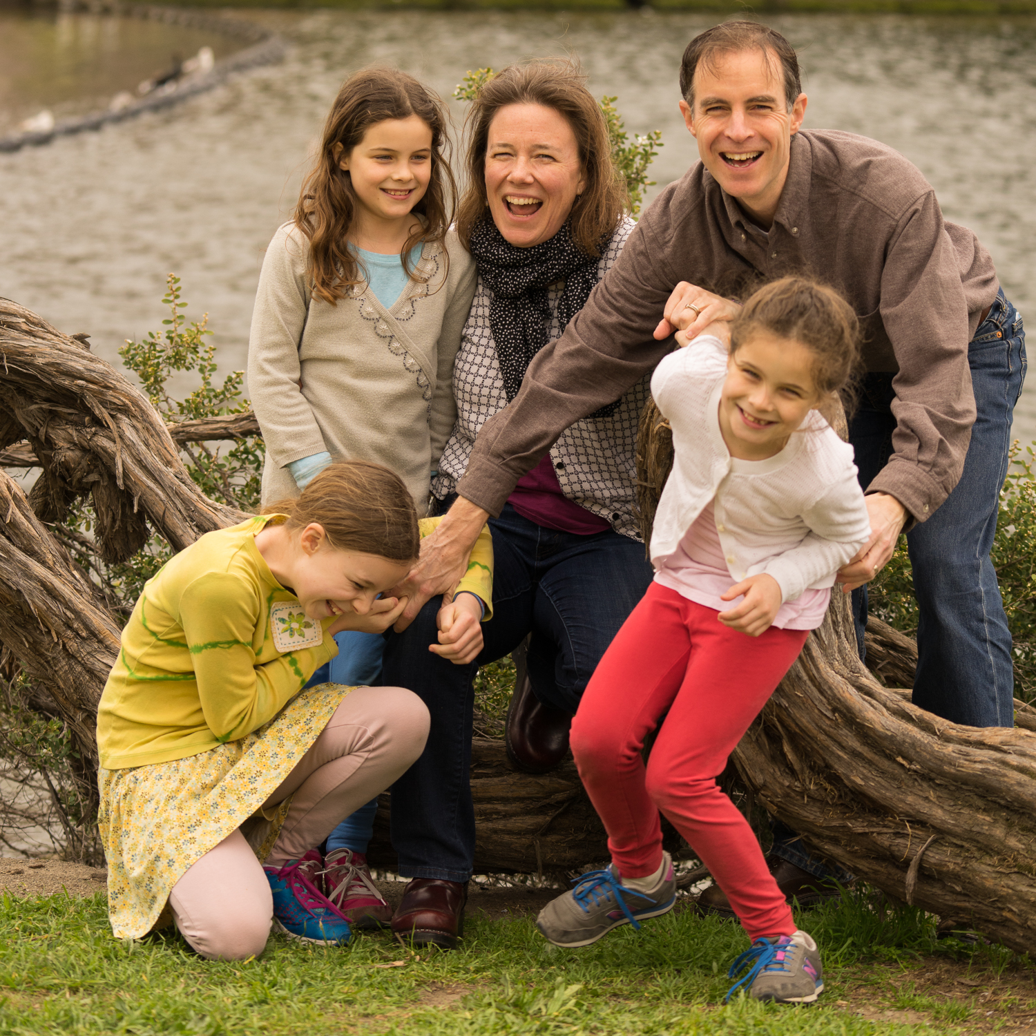 family with 3 girls at Lake Merritt-Oakland lifestyle photographer