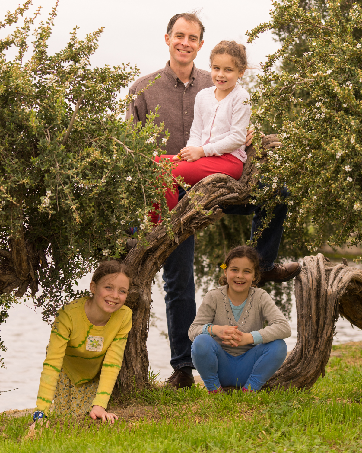 father with three daughters at Lake Merritt-SF East Bay family photography