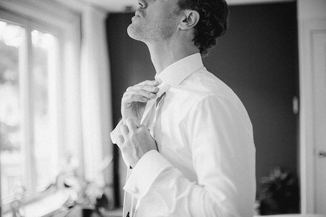 J A S J E  D A S J E 🎩 . . . . . #fineartist #trouwenin2019 #theweddinglegends #documentaryweddingphotographer #intimatestorytellers #intimatewedding #huwelijksfotograaf #trouwen #realweddings #naturalwedding #modernwedding #modernbride #alternativeweddingphotographer #trouwenin2020 #dutchweddingphotographer  #asithappens #allyouwitness #blackandwhite #bw