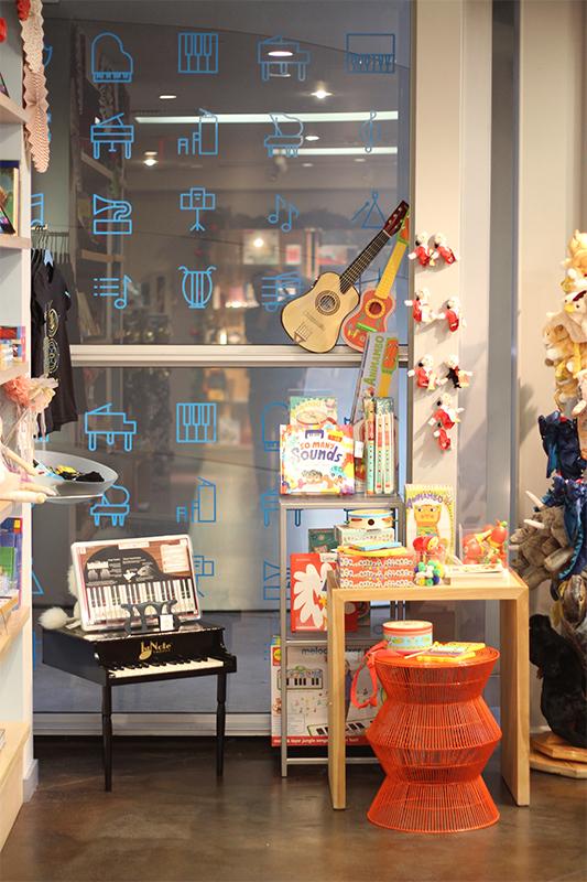 vinyl-kids-window-display-laphil-store01.jpg