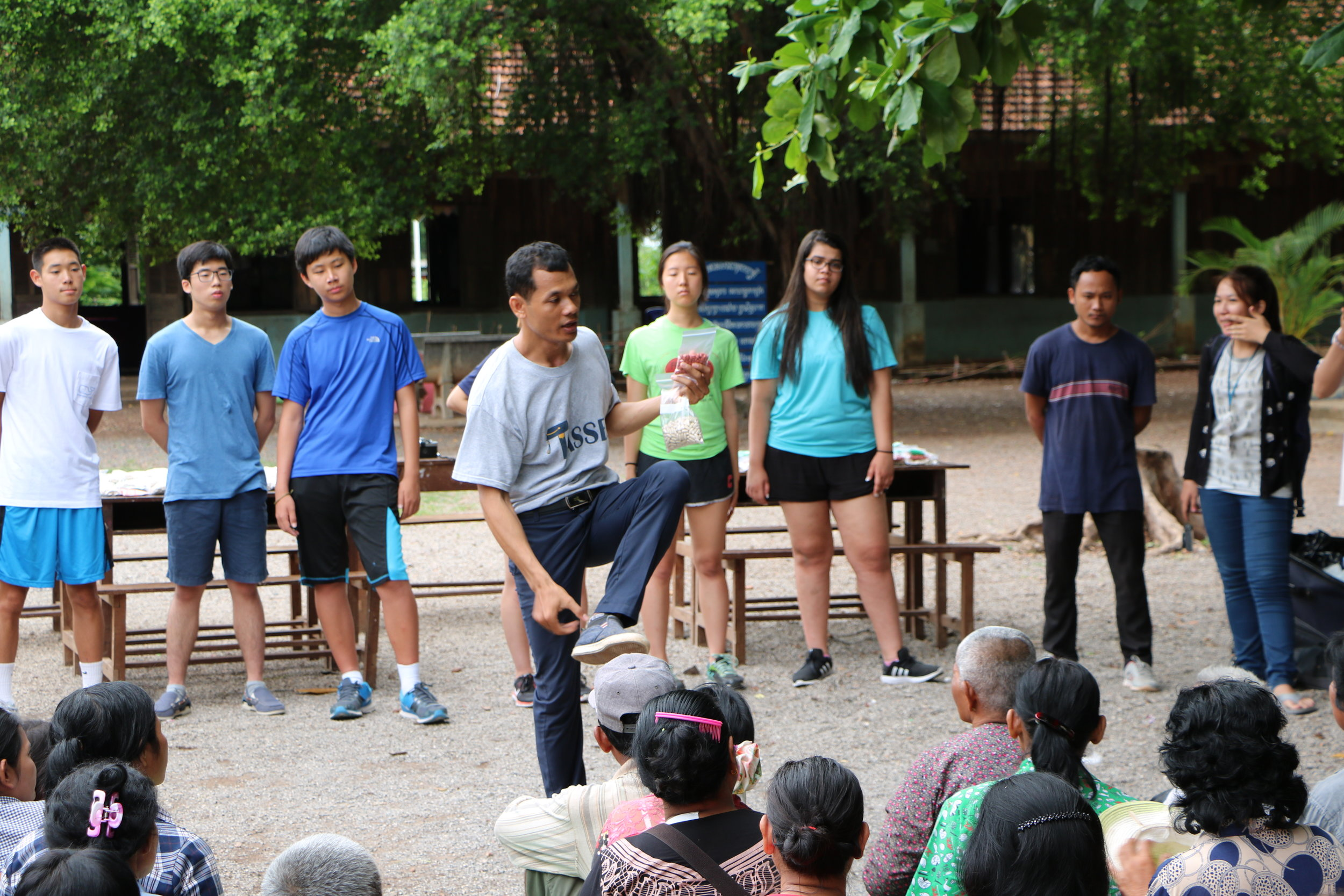 Teacher Noeng teaching villagers of Kamping Puoy how to use the medicine they are given.