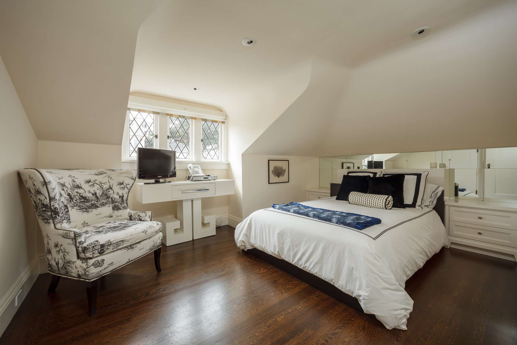 Upstairs_Bed_South_7832.jpg