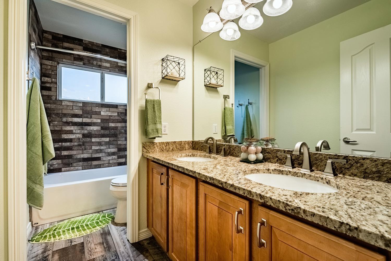 2407 Elkhorn Ranch St Parker-large-042-031-2nd Floor Bathroom-1500x1000-72dpi.jpg