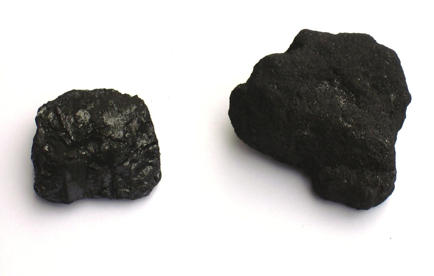 Antrasitt, eller rent steinkull (venstre) og koks (høyre)