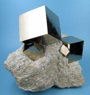 Pyritt (jernsulfid), ikke et godt eksempel på jernkrystaller, men et kult bilde for å illustrere hvor store krystaller kan gro under rette forhold.