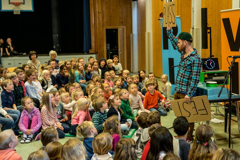 Ravi på skolekonsertturné i gymsaler, 2016. Foto: Lars Opstad/Kulturtanken