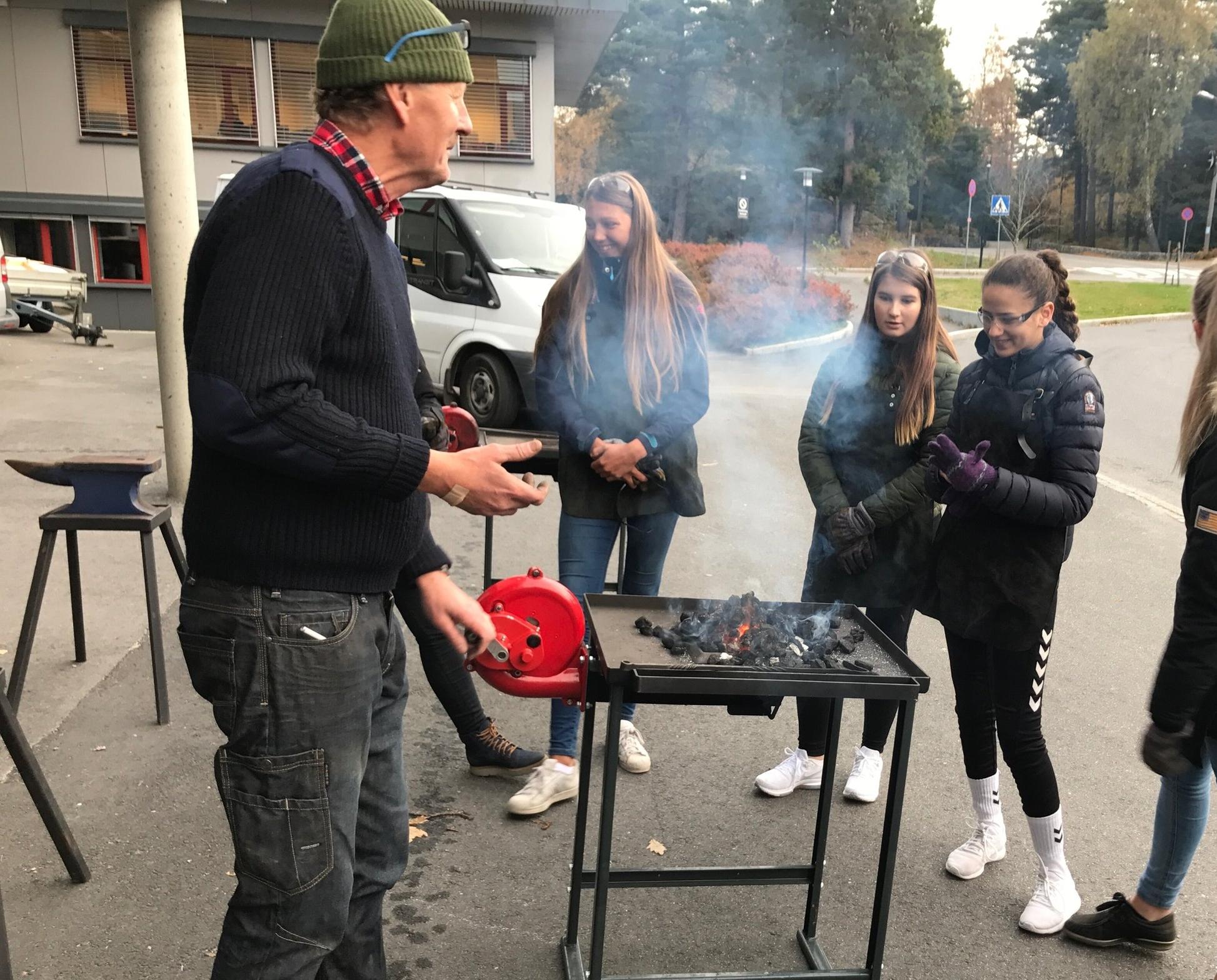 Terje Granås er smed og reiser rundt med esser, kull, jern og vernebriller, for å lære dagens ungdom et utdøende håndverksyrke.