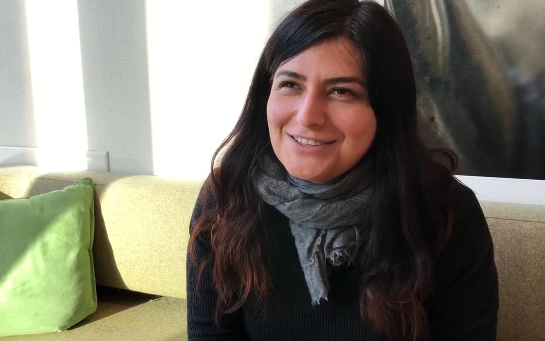 """Regissør Rokhsareh Ghaemmaghami er på besøk i Norge for å møte norske skoleelever og snakke om filmen sin, """"Sonita"""". Foto Åse Vuolab"""
