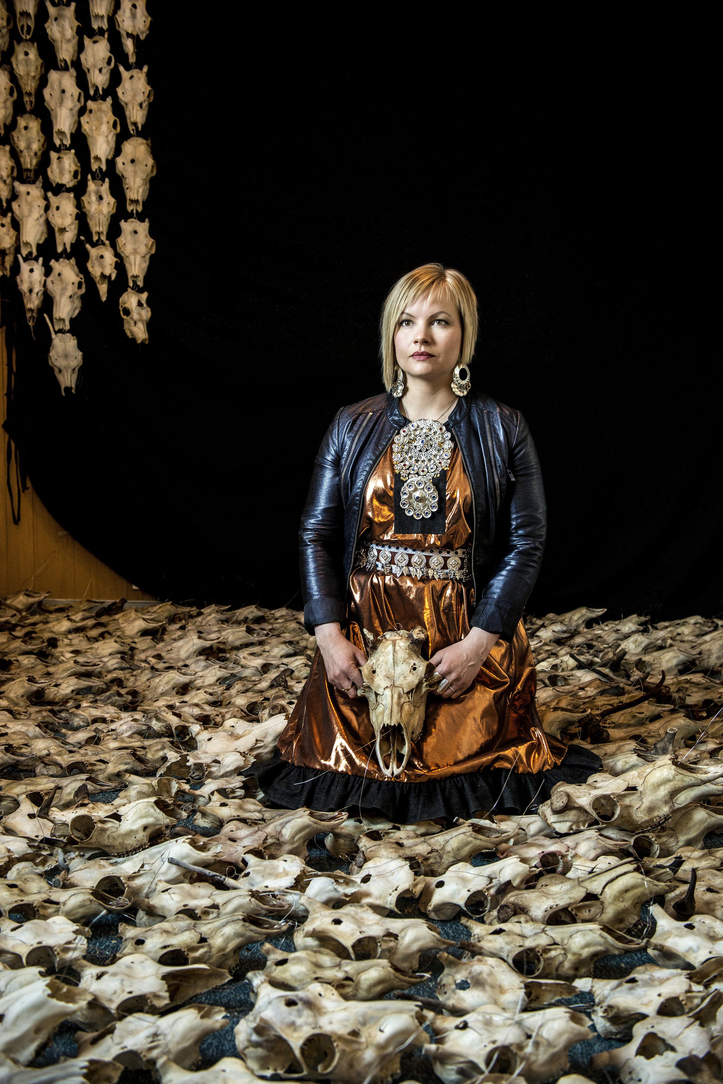 Máret Ánne Sara er en samisk tverrfaglig kunstner som tar opp politiske og sosiale temaer i sin kunst. Foto: Per Heimly