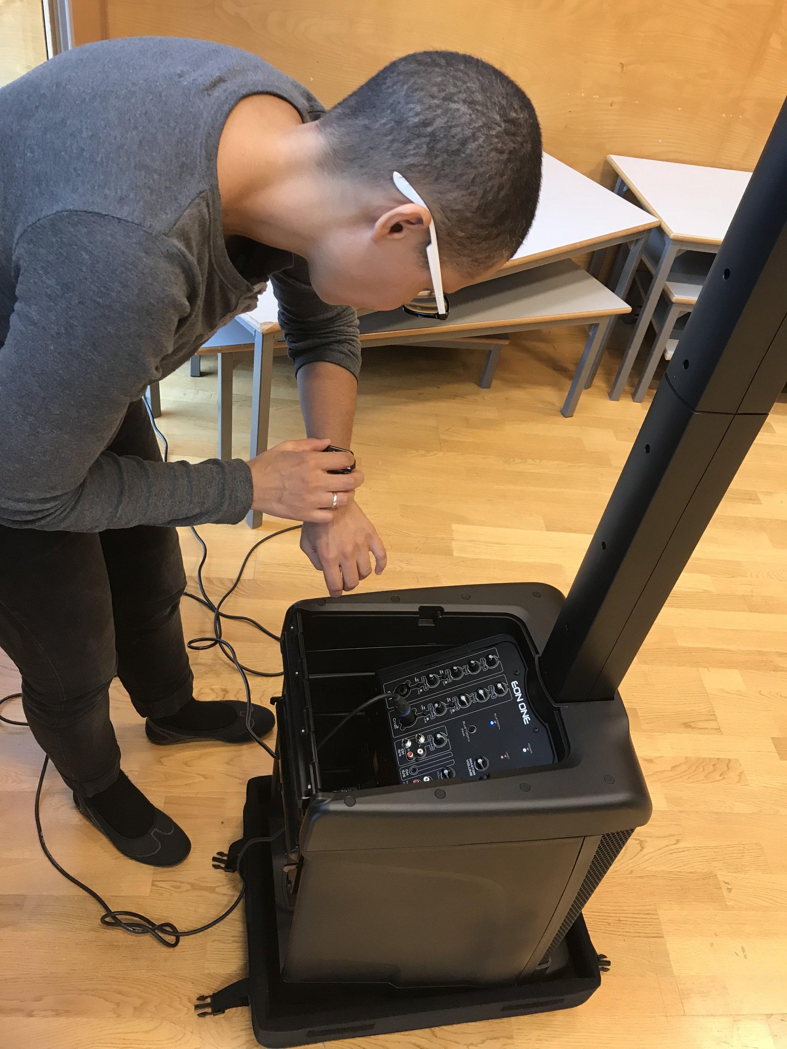 Guro styrer selv lydkulissene ved hjelp av en klokke med bluetooth.