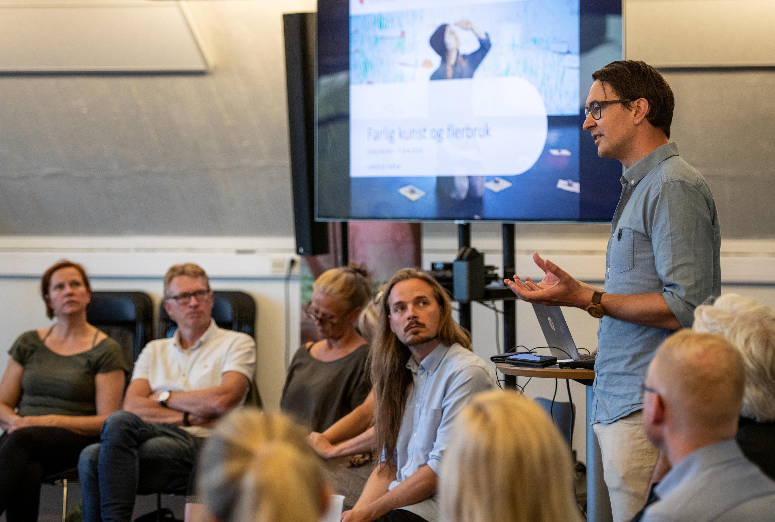 """Johannes Hafnor, leder for Den kulturelle skolesekken i Østfold holdt innlegg om """"den farlige"""" kunsten."""