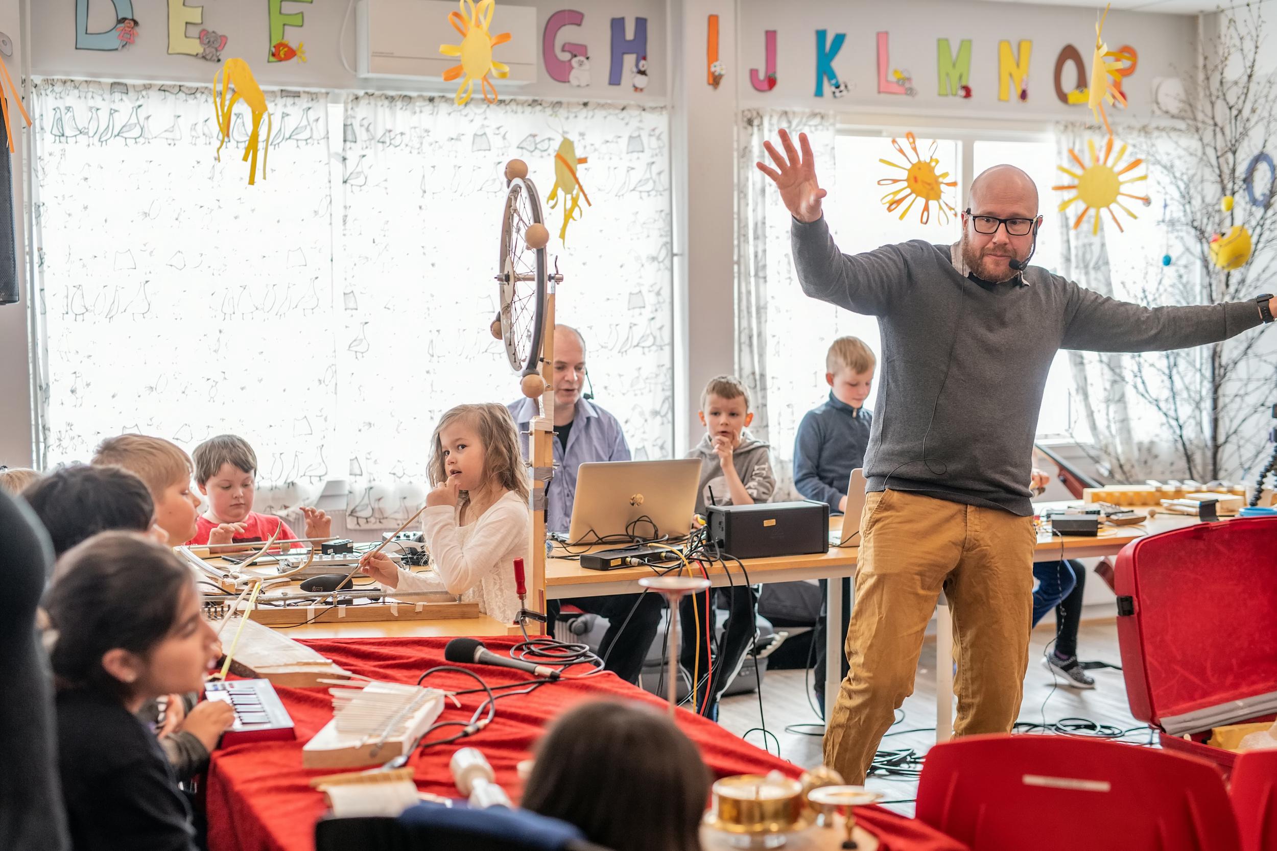 Skrangleorkester, sang og piano. Isak Anderssen, for anledningen dirigent i klasserommet hvor de lager komposisjonene.