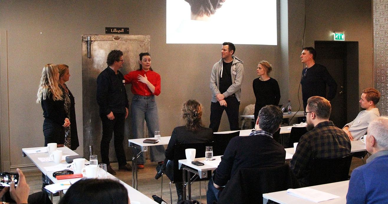Filmskaper på en-to! Filmregissør Emilie Blichfeldt demonstrerer hvordan hun skaper om klasserommet til ett imaginært filmsett.
