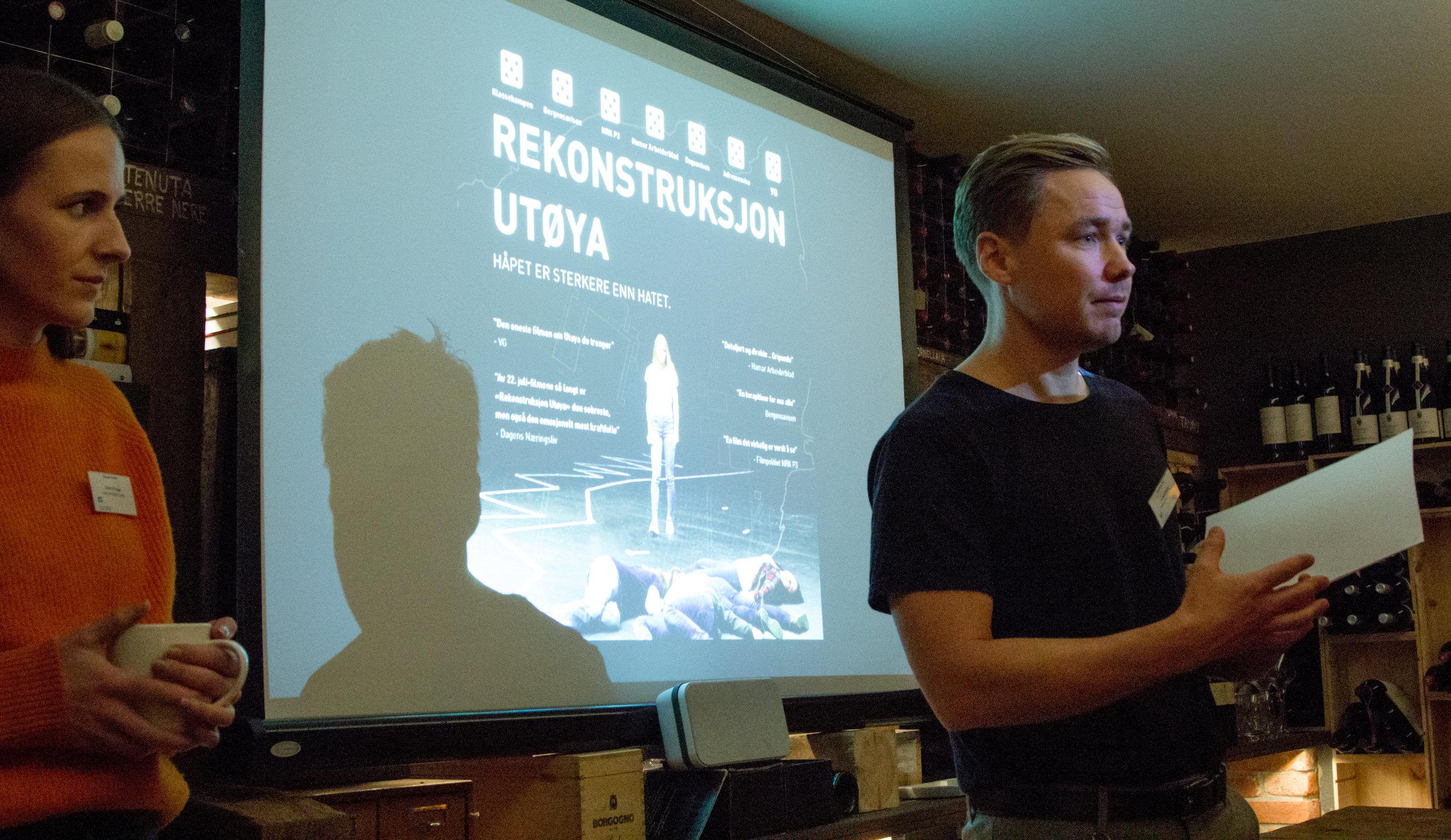 """Thomas Bjerke fra Oppland fylkeskommune introduserer den første langfilmvisningen på Marked for Film; """"Rekonstruksjon Utøya""""."""