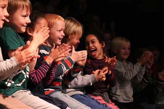 Barn fra Sinsen skole begeistres av kunstneriske innslag under konferansen Kulturbarn 0-8