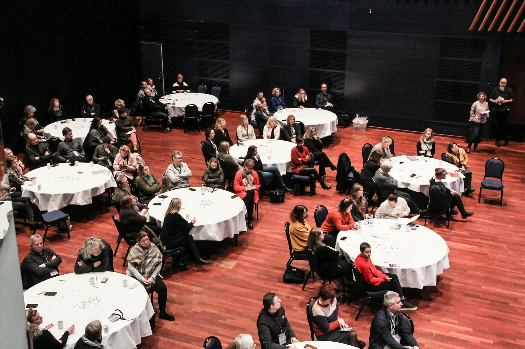 Runde konferansebord for dialog i Bjørnsonsalen på Seilet i Molde