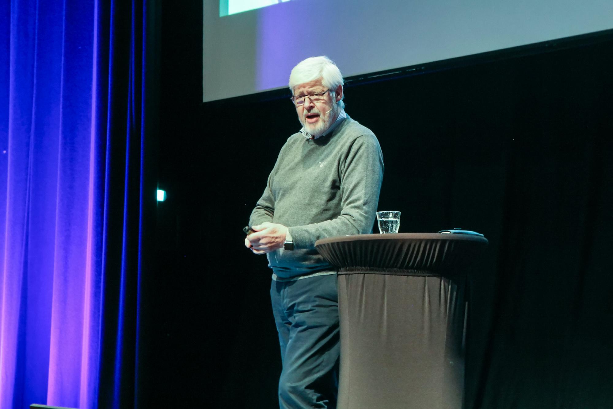 Den danske hjerneforskeren Kjell Fredens forteller at læring ikke bare skjer med hjernen, men også med kroppen.