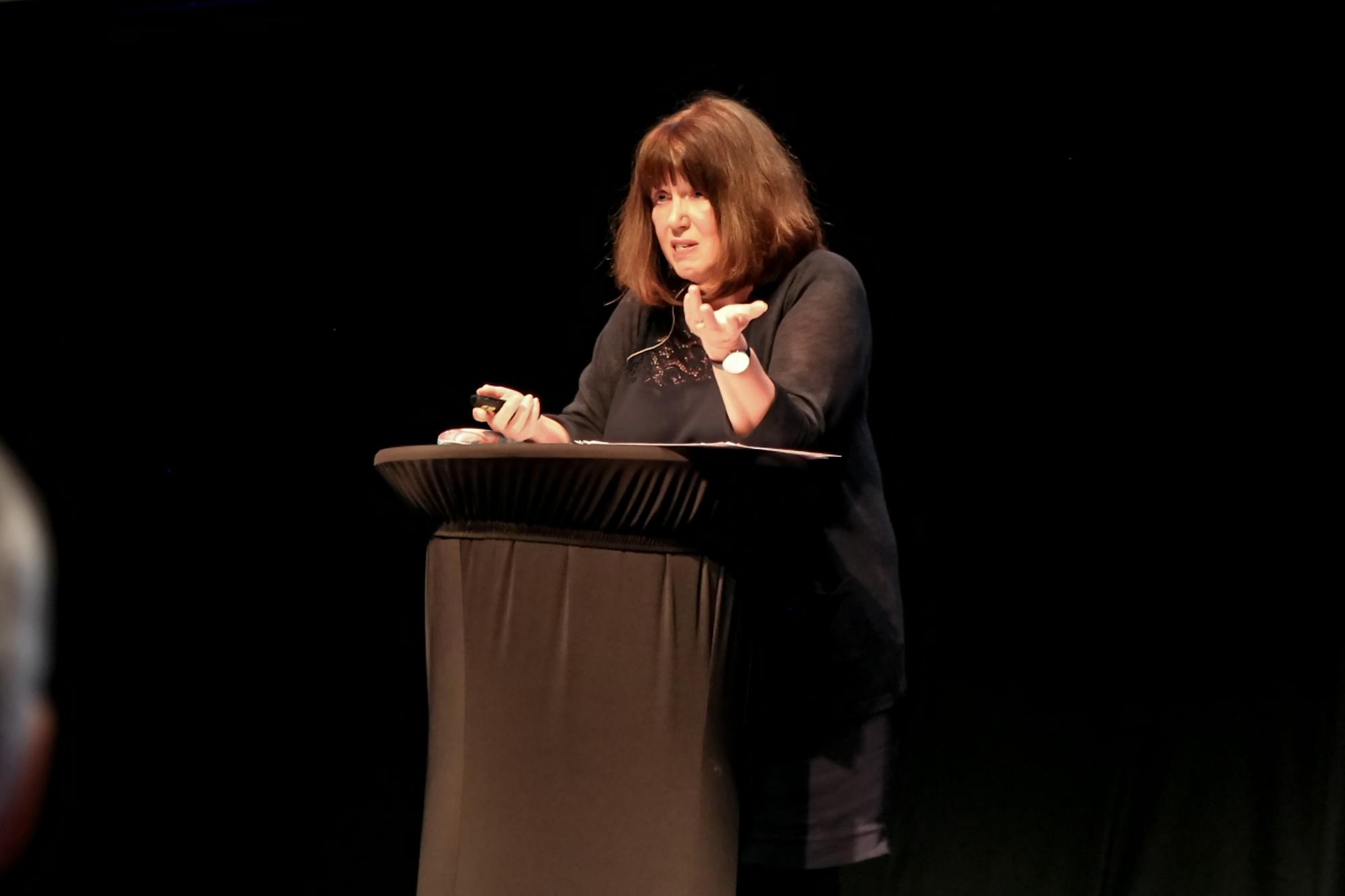 """Professor Christine Hall fra universitetet i Nottingham presenterte fersek tall fra rapporten """"Time to listen""""-"""
