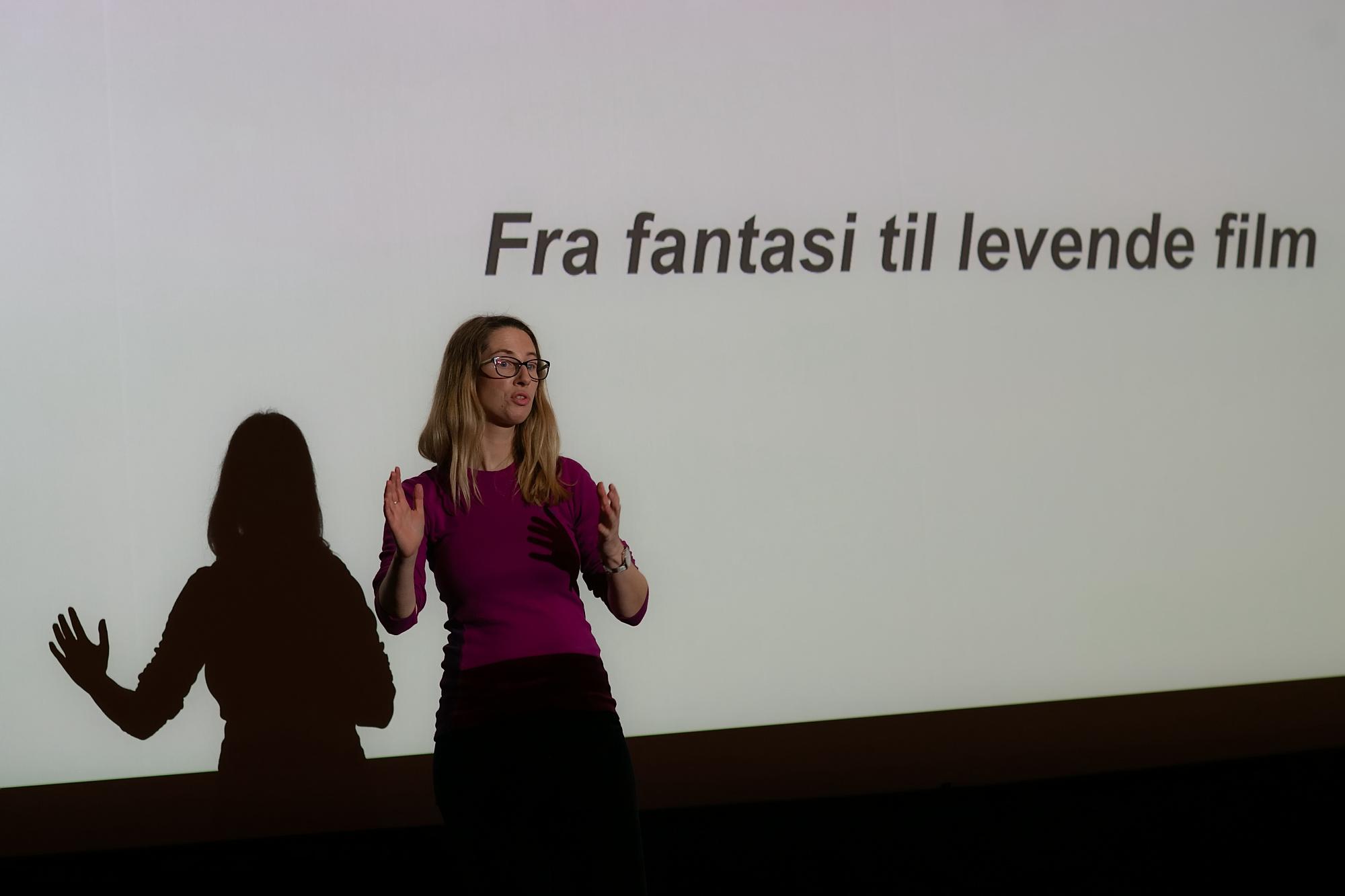 Manusforfatter Helene Stenhaug forklarer elevene i 5. trinn hva et filmmanus er, og hva som skiller det fra en bok.